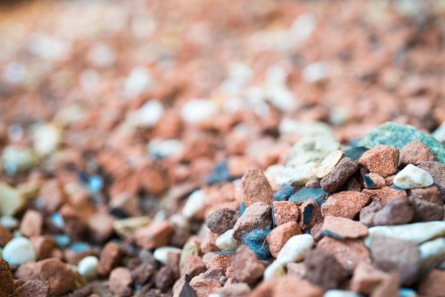 保有しているアパートの庭や駐車場作りに砂利を活用する方法