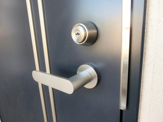 玄関のドアノブに緩み?玄関のドアノブが緩む原因と改善法