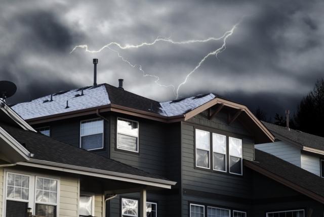 もし雷が落ちたらどうする?家の中で出来る対策をしよう