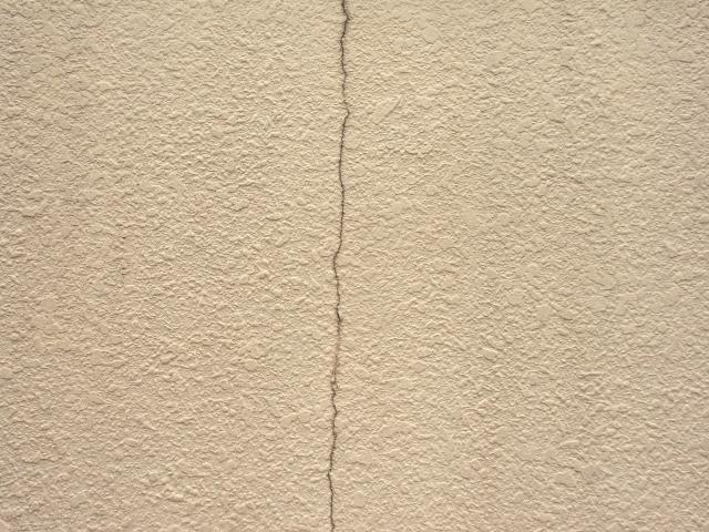 アパートの外壁に地震などでヒビが入ったらどうする?
