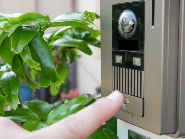 玄関のインターホンをテレビモニター付きのドアホンに交換!
