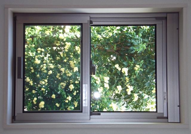 アパートの窓の防音対策には、隙間テープが有効って本当?