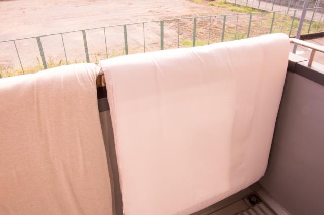 窓やベランダの手すりに布団干しはNG!どう行えば良いの?