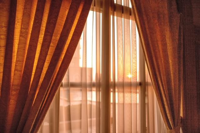賃貸物件でも可能!窓から入る西日は窓用フィルムで防ごう!