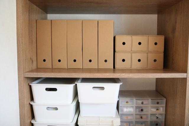 納戸の棚やデッドスペースを余さず有効に活用する収納術