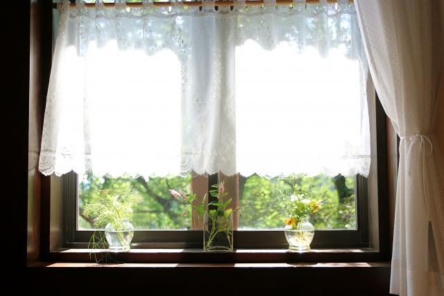 まぶしい窓からの光におすすめの遮光対策!簡単な方法とは?