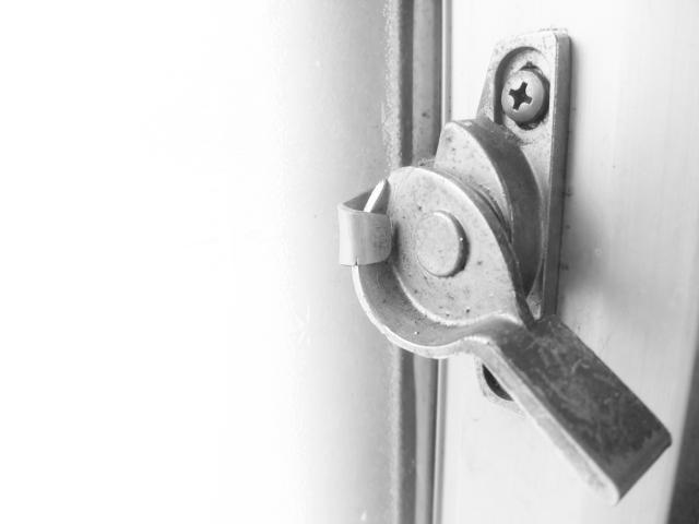 窓のクレセント錠が開かなくなった場合の開け方と防犯対策
