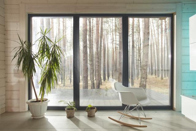 猛暑の夏、窓の日よけや遮熱対策を部屋の内側でできる方法