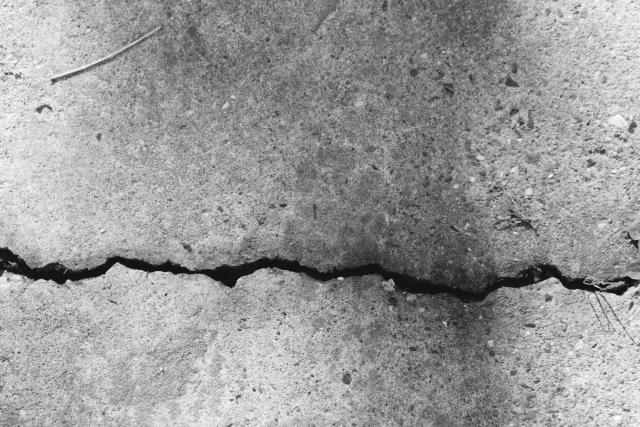 モルタル仕上げの床にひび割れが!その原因と補修方法とは?