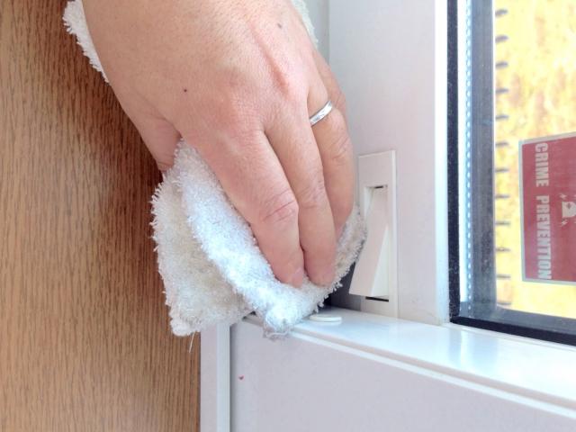 面倒でついさぼりがちな窓のさんの掃除を簡単便利グッズで