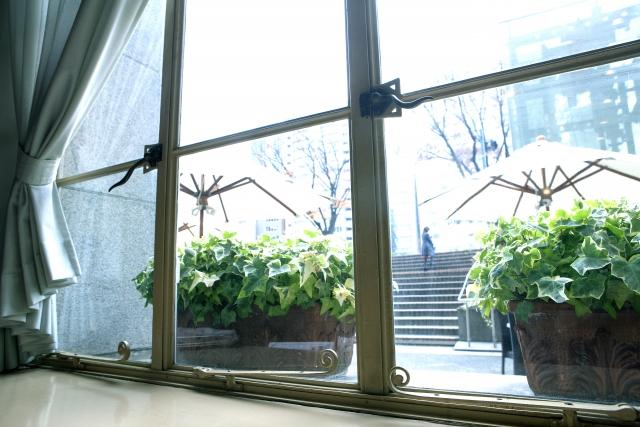 開けにくい窓に取っ手を吸盤で取り付けるだけで開閉が楽に!