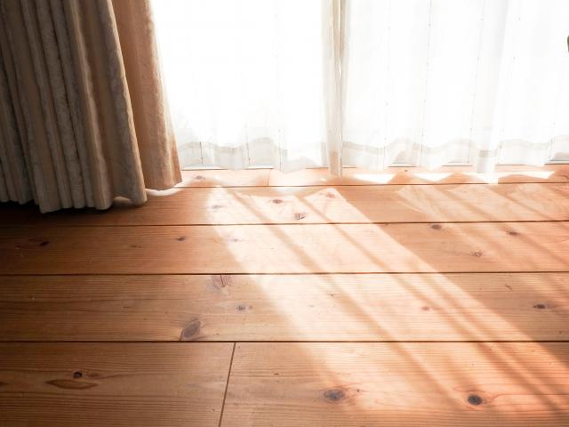 窓に貼るシート!断熱や遮光などさまざまな対策が出来る!