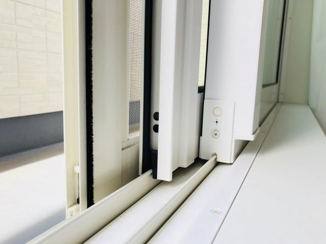 窓のガタつきや隙間風は戸車が原因?それ自分で調整出来る!