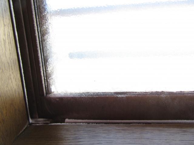 窓からの隙間風で寒い!そんなときはテープで簡単解決!