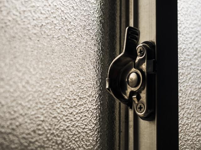 窓のクレセント錠が劣化!交換するタイミングを見極めよう