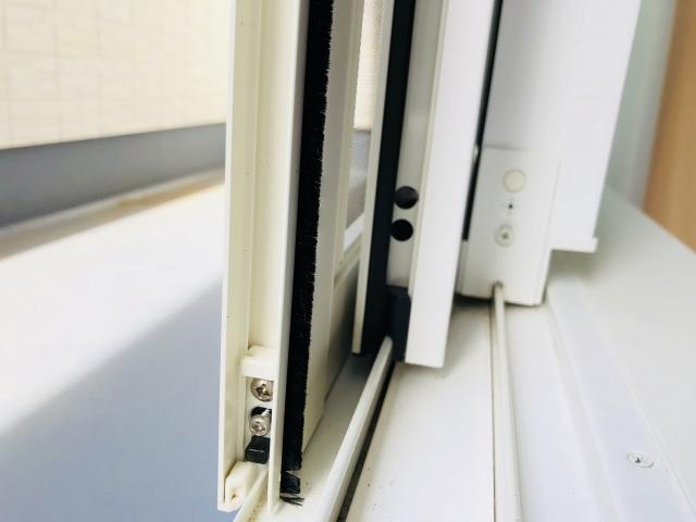 窓のゴムパッキンにカビが!原因やおすすめのカビ取り方法
