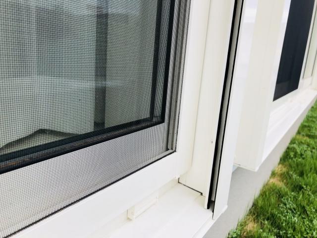 窓の外から虫が入ってくる!もしかして隙間が開いているの?