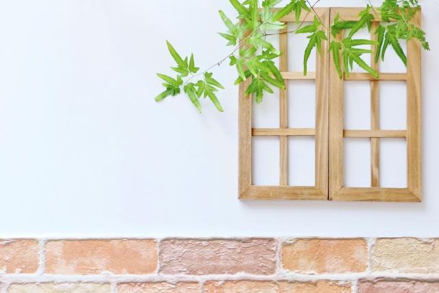無機質なアルミサッシ窓の枠をDIYで木の枠に作り変えよう!