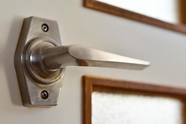 アパートでも可能!扉を傷つけず鍵を部屋に簡単につける方法