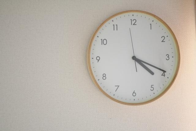 アパートで壁掛け時計を設置する!壁に穴をあけても大丈夫?