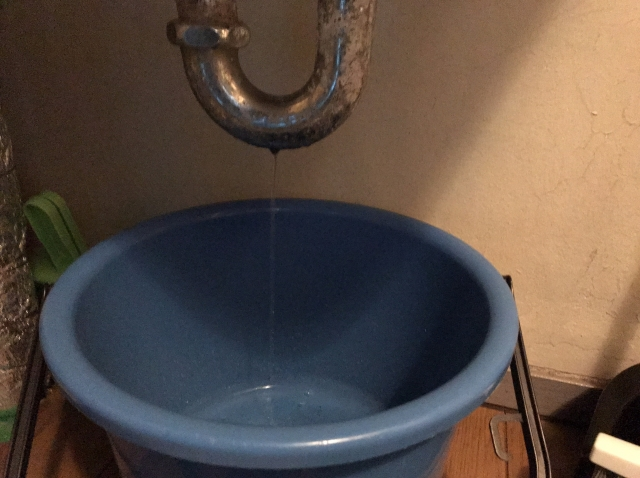 アパートの水漏れは大家さんに相談!原因別支払い負担の違い